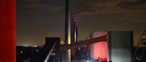 Die Kokerei Zollverein, illuminiert bei Nacht.
